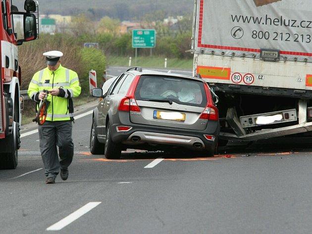 Nehoda na sjezdu z dálnice D8.