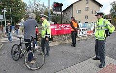 RISKUJÍCÍ OSOBY sledovali v pátek dopoledne u závor poblíž litoměřického horního nádraží dopravní policisté a inspektoři SŽDC. Za porušování pravidel bezpečnosti provozu udělovali blokové pokuty. Přejezd monitorovali také kamerou z civilního vozu.