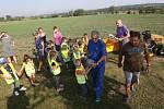 Děti z mateřské školky v Rohatcích na Litoměřicku si za pomocí místních podnikatelů vyzdobily namalovanými pískovcovými sochami naučnou stezku.