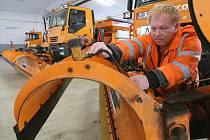 V TĚCHTO DNECH PROBÍHÁ PŘESTAVBA nákladních aut údržby silnic na sypače. Připravuje se veškerá potřebná technika. Litoměřicku přibyla také dvě nová vozidla.