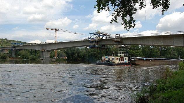 Stavba nového mostu přes Labe.