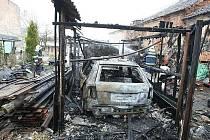 Požár dřevěné kůlny ve dvoře rodinného domu v Prackovicích nad Labem - pondělí 4.1.2010.