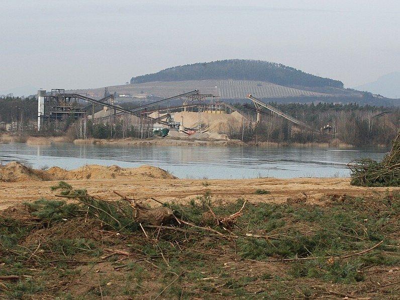 Prostor určený k další těžbě štěrkopísku nedaleko Předonína je již odlesněný. Na řadu přijde dobývání pařezů a skrývka zeminy.