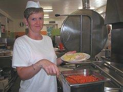 MRKEV NESMÍ CHYBĚT. Daniela Růžičková nám představila jedno ze včerejších menu, které uvařil kolektiv Centrální školní jídelny Litoměřice, kuchyně s výdejnou při ZŠ U Stadionu.