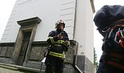 Litoměřičtí profesionální hasiči si vyzkoušeli transport zraněné osoby v bezvědomí z vyhlídkové věže na biskupství v Litoměřicích.