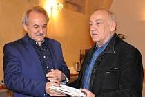 DLOUHOLETÉMU řediteli úřadu práce Ivanu Vilímovi (vpravo)          poděkoval starosta Litoměřic Ladislav Chlupáč.