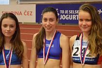 NEJLEPŠÍ tři závodnice v běhu na 1500 metrů. Uprostřed vítězná Michaela Červínová.