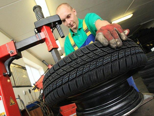 Lidé už přezouvají pneumatiky.