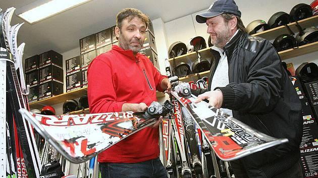 Martin Pěnka (vlevo) z litoměřického Skiservisu představuje zákazníkovi jedny z celé řady sjezdových lyží, které zde nabízí k prodeji. Většina lidí tu ale preferuje půjčování výbavy jen na několik dní.