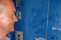 Vulgární nápisy ve výtahu v Revoluční ulici
