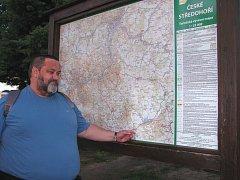 Vedoucí značkařů v litoměřickém okrese Jan Pásler ukazuje, kudy by mohla vést kratší trasa k sedlu.