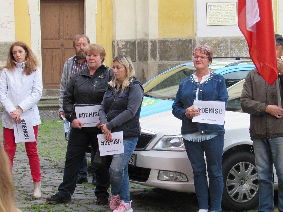 Zhruba padesátka lidí se k demonstraci za nezávislost justice a proti premiéru Andreji Babišovi sešla v úterý večer také na Mírovém náměstí v Úštěku na Litoměřicku.