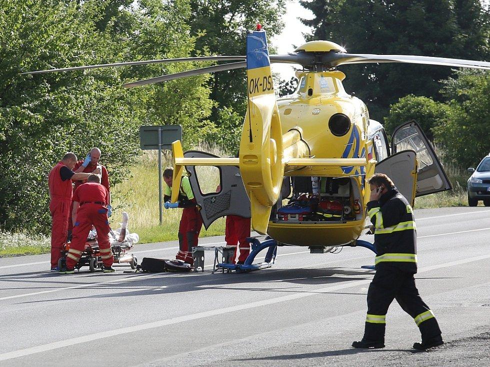 Pro zraněné muže přiletěly dva záchranářské vrtulníky. Zamířily s nimi do popáleninového centra Na Vinohradech v Praze