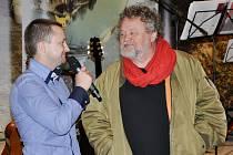 Významným hostem vernisáže velkoformátových snímků Jana Hodače (vlevo) se stal světoznámý fotograf, čestný občan města Lovosice Antonín Kratochvíl.