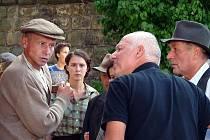 Režisér Nikolaev (uprostřed) udílí pokyny hercům.