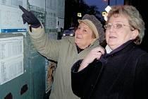 Jiřina Černá z Litoměřic cestovala litoměřickou MHD spolu se svojí maminkou Růženou Rampouskovou ze zastávky v ulici Na Valech.  V nových jízdních řádech obě zjišťovaly změny, které od 1. ledna nastaly.