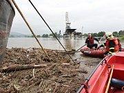V Prosmykách hasiči zasahovali u velké říční lodi, která je tu vyvázána. Odstraňovali velký kmen, který se zachytil o lana, která by mohl přetrhnout. Loď by pak nekontrolovaně odplula.
