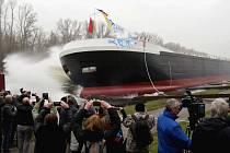 V loděnici Bárkmet ve Lhotce nad Labem spustili na vodu 86 metrů dlouhý tanker na jedlé oleje