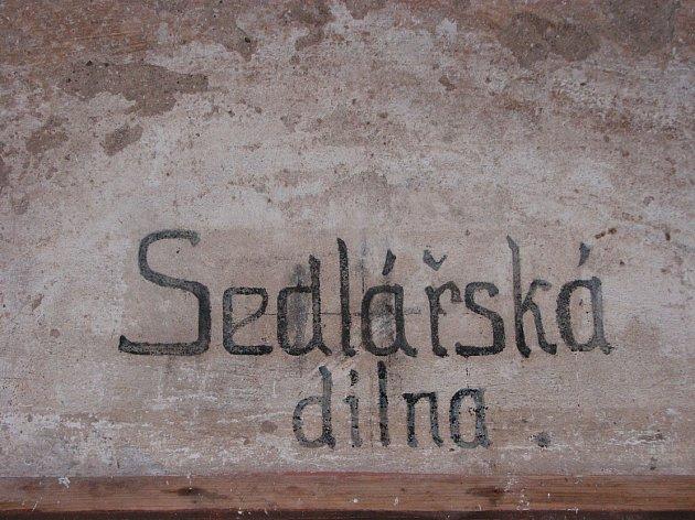 RESTAURUJÍ NÁPISY. Při opravách pevnostních objektů se odhaluje jejich unikátní obranný systém , ale také odkazy nápisy a vzkazy lidí, kteří zde pobývali. Ty se restaurují.