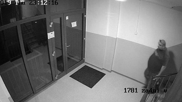 Policie pátrá po muži z kamerového záznamu