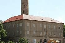 ČESKÉ STŘEDOHOŘÍ je častým cílem turistů z celé republiky. Místní lokálka jim usnadňuje dopravu.