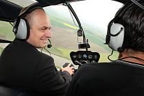 Ministr Petr Gandalovič navštívil Litoměřicko.Jeho cesta vedla do ZD Klapý, které před lety vysázelo větrolamy kvůly větrné erozy a nyní potřebuje finanční podporu od státu na jejich údržbu. Ministr si z vrtulníku prohlédl vysázené větrolamy z vrtulníku.