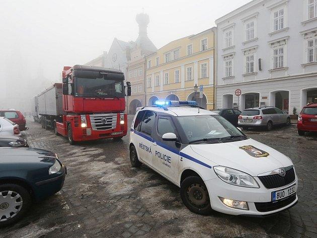 Není týdne, kdy by se na Mírovém náměstí neobjevil těžký kamion. Přijede, z náměstí se však už nemůže úzkými a křivolakými uličkami  bez asistence městské policie dostat pryč.