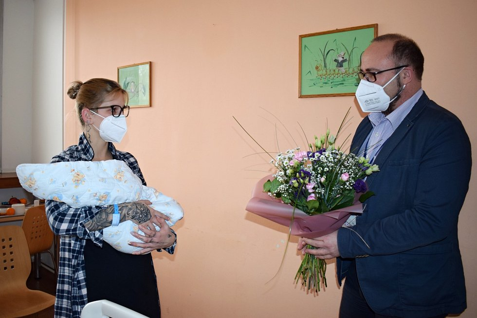 Pogratulovat mamince přišel předseda představenstva litoměřické nemocnice Radek Lončák