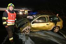 Auto v Čížkovicích na Lovosicku dostalo smyk a narazilo do verandy domu