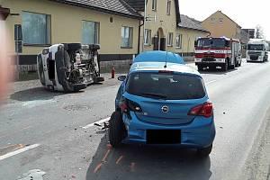 V Žalhosticích havarovala dvě vozidla. Silnice je uzavřená
