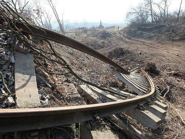 Železniční trať poničená sesuvem.