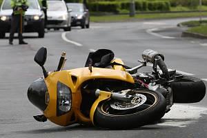 Nehoda motorky a osobního auta. Ilustrační foto.