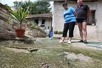 ŘEKA EVAŇKA. Tak nazývá proud vody paní Věra. Nejméně na třiceti místech jí a jejímu muži  vyvěrají z domu prameny vody. Proč? Nikdo neví.