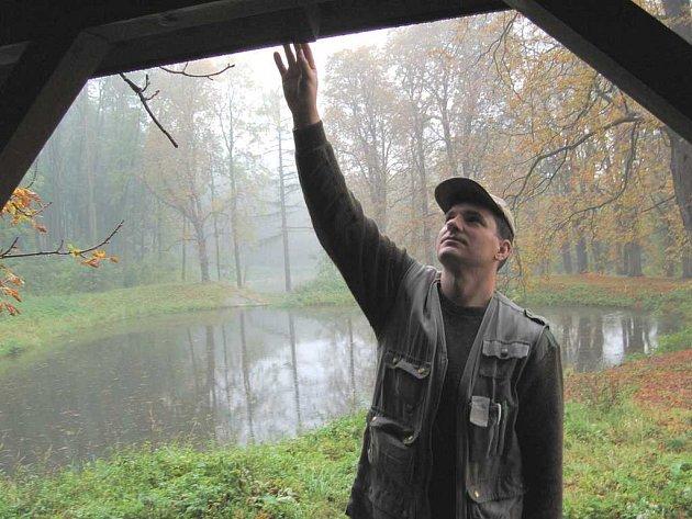 Revírník Lesů ČR Petr Bláha kontroluje stav nově opravené střechy na lesním altánu nedaleko Kostomlat pod Milešovkou.
