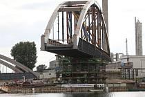 Labe překlene nový most. První oblouk je na pilířích