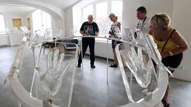 Do muzea Křišťálových doteků přibyl otisk dlaně Karla Gotta