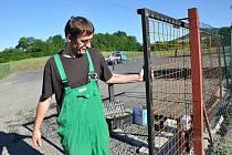 Pracovník firmy SEFA při montáži elektronických vrat.
