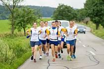 Běžci vyrazili na stovky kilometrů dlouhou trať přes Českou republiku.