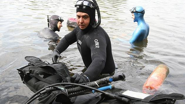 DALŠÍ akci úspěšné tradice mají za sebou litoměřičtí potápěči. Opět vyrazili na píšťanskou pískovnu, aby vyčistili část dna a břehy od odpadků.