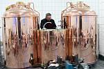 Plán na výrobu piva v bývalém Kalichu pokročil. Začala montáž varny a tanků