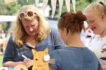 Tradiční makové slavnosti proběhly v sobotu v areálu ploskovického zámku. Dorazily stovky návštěvníku nejenom za makovými pochoutkami, ale i za relaxací v zámeckém parku.