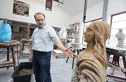 Akademický sochař Libor Pisklák ve svém ateliéru v Hlinné na Litoměřicku