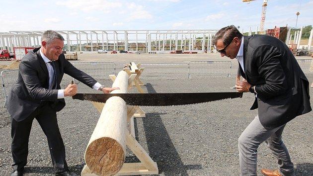 Stavba obří pily ve Štětí