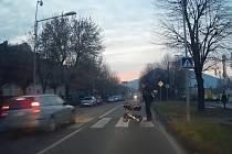 Bezohledný řidič předjížděl na přechodu v Lovosicích