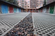 V garážovém dvoře v ulici 28. října v Lovosicích se opět parkuje