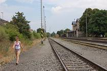 Spousta lidí si zkracuje cestu přes koleje