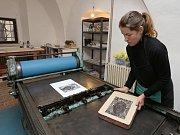 Lenka Kahuda Klokočková ukazuje ve své litografické dílně techniku litografie.