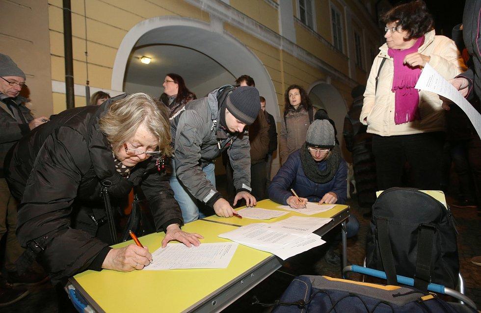 Protestní akce na Mírovém náměstí v Litoměřicích za odvolání komunisty Zdeňka Ondráčka, který se stal předsedou výboru pro kontrolu GIBS.