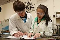 Mladí chemici v akci, ilustrační foto.