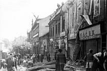 DEN PO SKONČENÍ VÁLKY. Roudnické náměstí po náletu sovětských letadel 9. května 1945. Bombardování tehdy padlo za obět 25 obyvatel města.